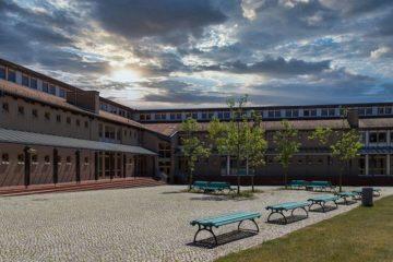 une cour d'école de lycée